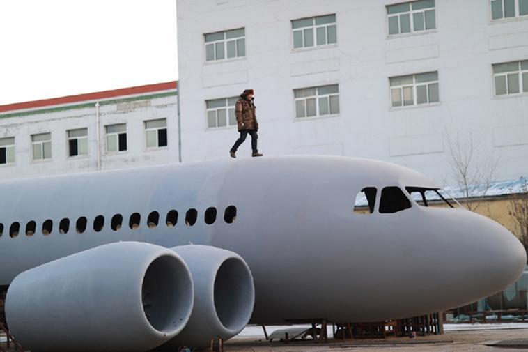 Zhu Yue đứng trên sản phẩm máy bay a320 của mình
